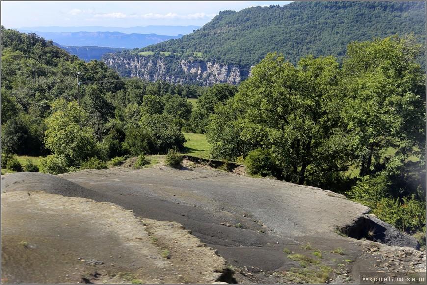 Пепельная лава тогда удобрила почву, породив пышную растительность по контуру спящих вулканов. Всего в этой зоне около 30 вулканов, крупнейший из них имеет высоту 160 метров и 1.5 км в основании.