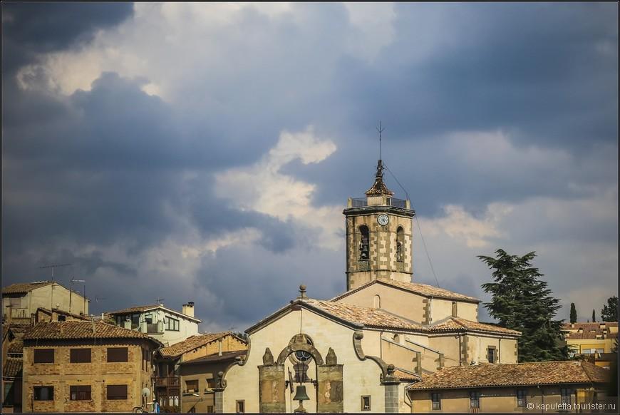 Проезжая по парку Гарроча,   мы видели очень много интересных городков - вот, например, Вик. Жалею, как обычно, что не заехали  и не погуляли там. Этот  город - резиденция епископов в Средние века, хотя историю ведет с римских времен, это очень аутентичный городок, который славится своими древними храмами и разноцветными домиками, На фото-  церковь Апостола Петра 11 века.