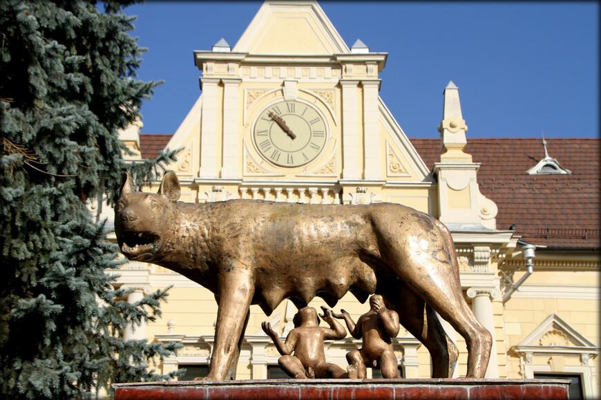 Йоханнес Хонтерус, предводитель трансильванских протестантов, родился и умер в Брашове. Именно здесь он организовал первую в Трансильвании печатню (в 1535 году), и именно здесь увидела свет первая печатная книга на румынском языке. Уже в 1559 г. здесь существовала румыно-язычная школа — вероятно, первая в стране. В 1987 году жители Брашова поднялись против режима Чаушеску. Эти события вошли в историю как Брашовское восстание.