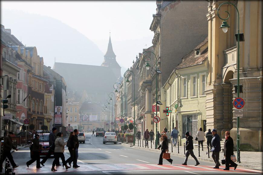Самым большим сожалением, которое я испытал в Брашове — стало то, что мы провели здесь очень мало времени, и плюс еще в понедельник не работала канатная дорога. На горе, где расположено название города, есть идеальная смотровая площадка. С нее весь Брашов как на ладони.