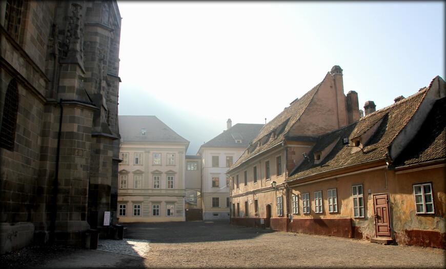 Особое место среди памятников культуры занимает знаменитая Чёрная церковь, один из самых вместительных средневековых храмов на Балканах. Здесь устраивают органные концерты. У входа статуя Йоханнеса Хонтеруса, реформатора, просветителя, последователя Мартина Лютера.
