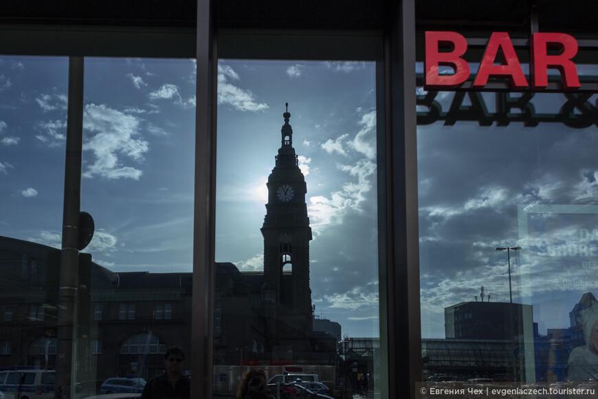 Центральный железнодорожный вокзал в зеркале витрин.