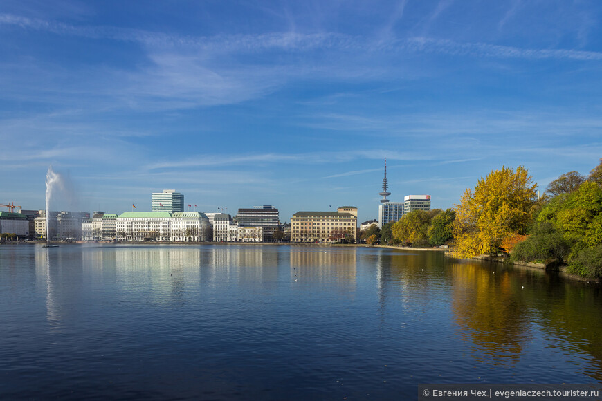 Знаменитое озеро Альстер, центр Гамбурга торгового. Здесь расположены офисы крупнейших фирм, торговые дома, богатые виллы.