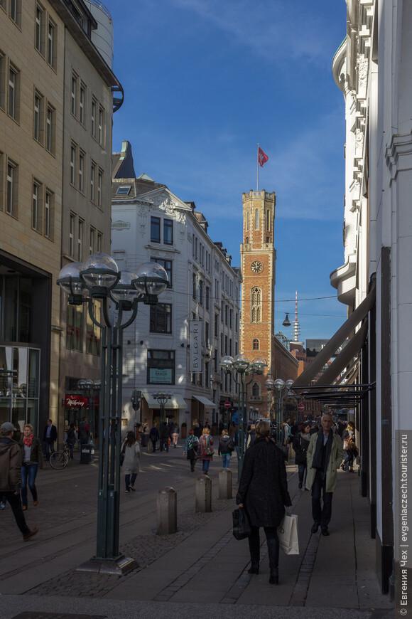 Как видно из названия, на Почтовой улице расположена почта (здание с шестиугольной башней). Почта эта является старейшей рейхспочтой в Германии.