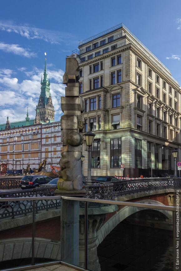Адольфсбрюке, мост Адольфа, соединяет старый и новый город, вдали виднеется здание ратуши.