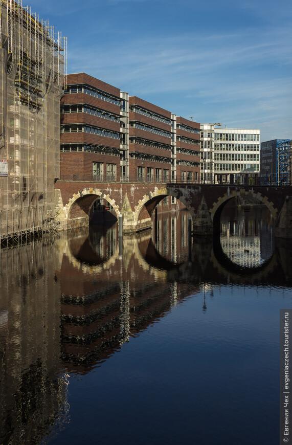 Штадтхаусбрюке, один из 1250 мостов Гамбурга. За обилие воды и мостов Гамбург называют северной Венецией.