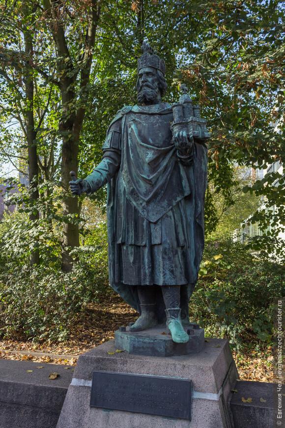Карл Великий, основатель города.