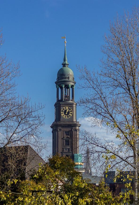 Часы Михеля, самые большие в Германии, имеют в диаметре 8 метров.