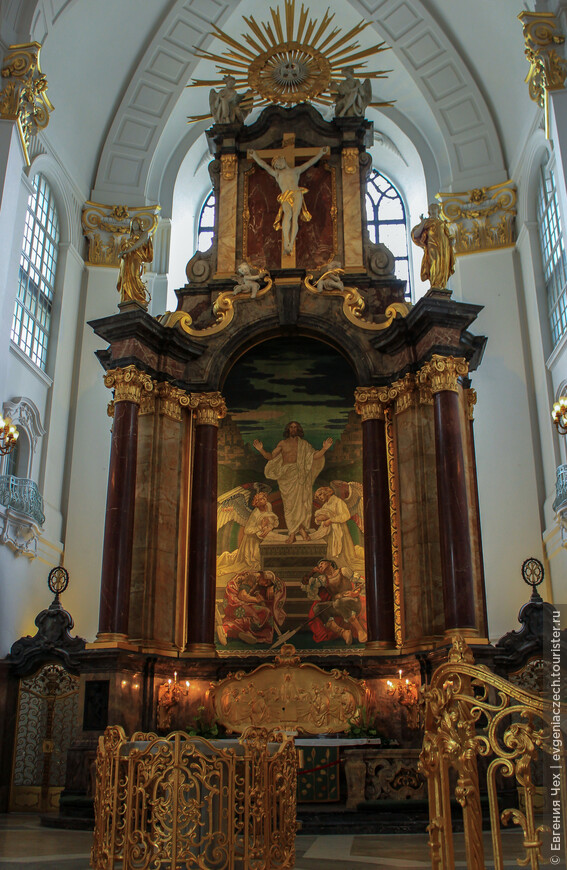 Церковь св. Михаила строили итальянские мастера. Золото, мрамор, красное дерево - детали отделки.