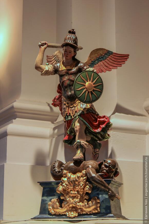 Скульптура св. Михаила, поражающего змея, 15 век.