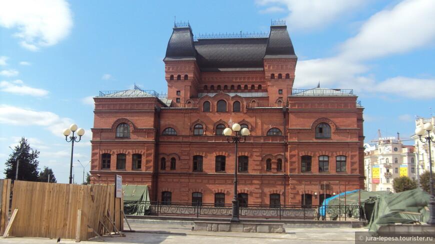 Могилевский драматический театр заметно выделяется на фоне остальных построек.