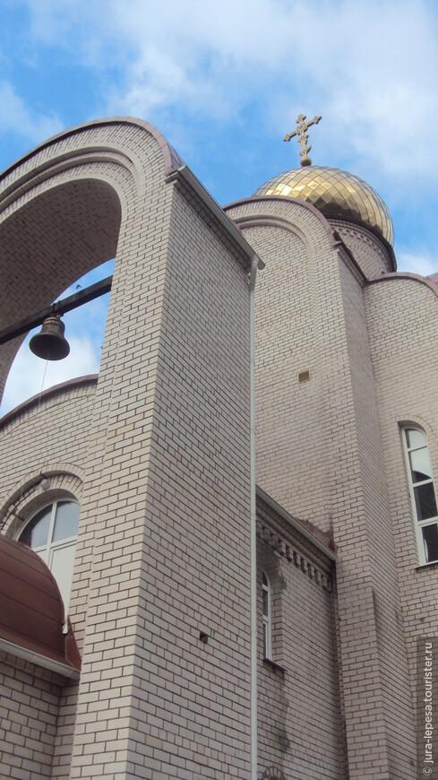 ассорти из белого камня,пластиковых окон и еще украшено все куполом...