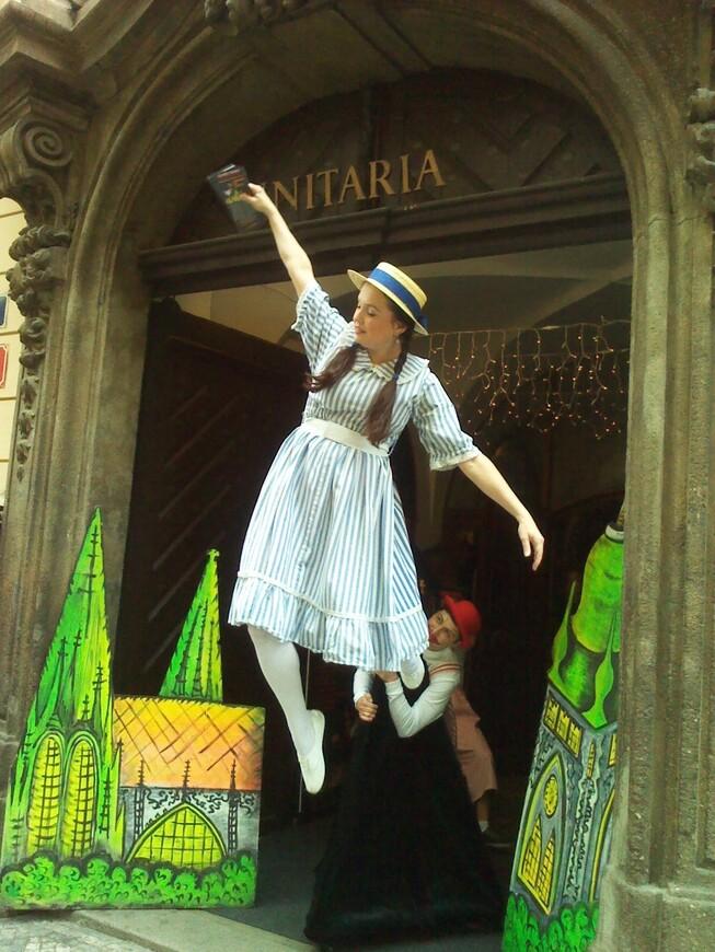Алиса из страны чудес летает прямо на Карловой улице :-) www.gidvprage.com