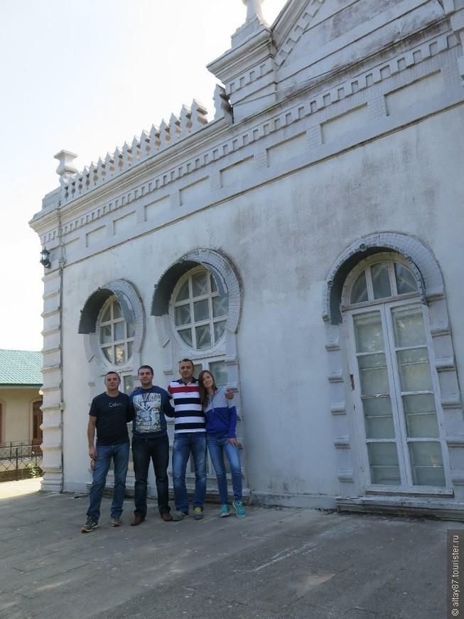 """Я  с туристами (из сайта туристер.ру) на Мухтаровской  даче. На этой даче  Есенин написал все свои """"Персидксие мотивы""""."""