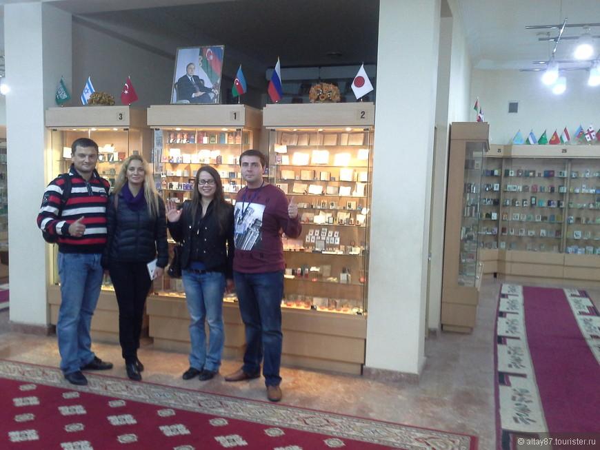 Я  с туристами (из сайта туристер.ру) в музее миниатюрных книг.