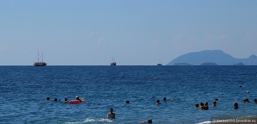Пляжи Кириша- сплошная галька, но не крупная, не сравнить с Кемером. В Кемере без специальной обуви в воду заходить проблематично. А уж выходить из воды...