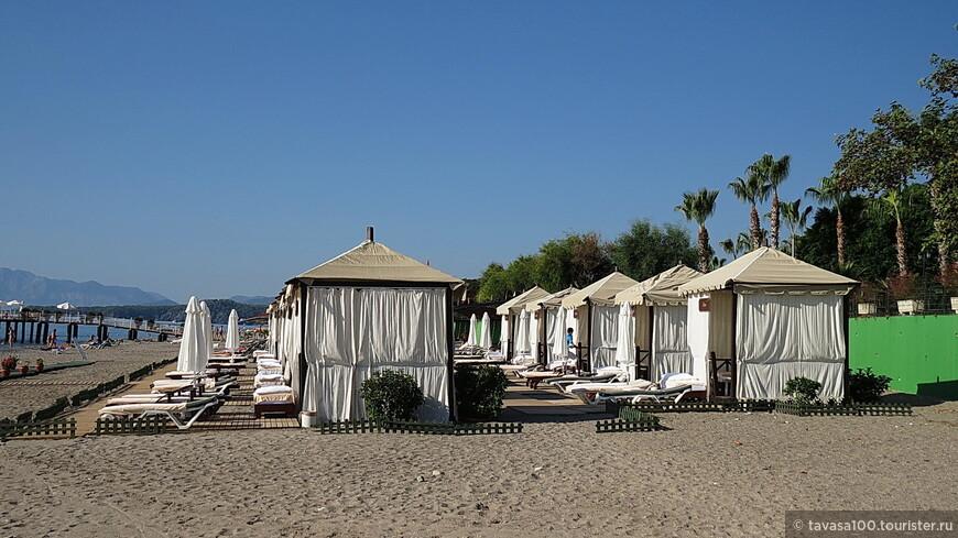 Пляж одного из отелей.