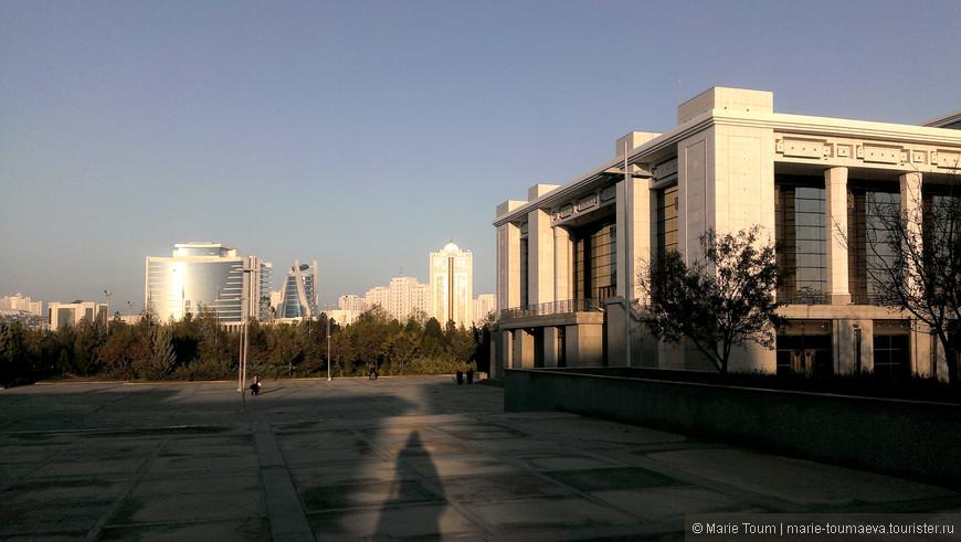 Вид около здания для выставок