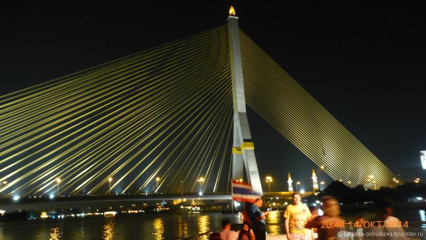 Вантовый мост имеет одну опору (пилон), которая расположена приблизительно на одну треть расстояния от северо-западного конца моста.  Длинна моста - 2.45 км, иназван он в честь короля Таиланда под именем Рамы VIII, восьмого короля династии Чакри.
