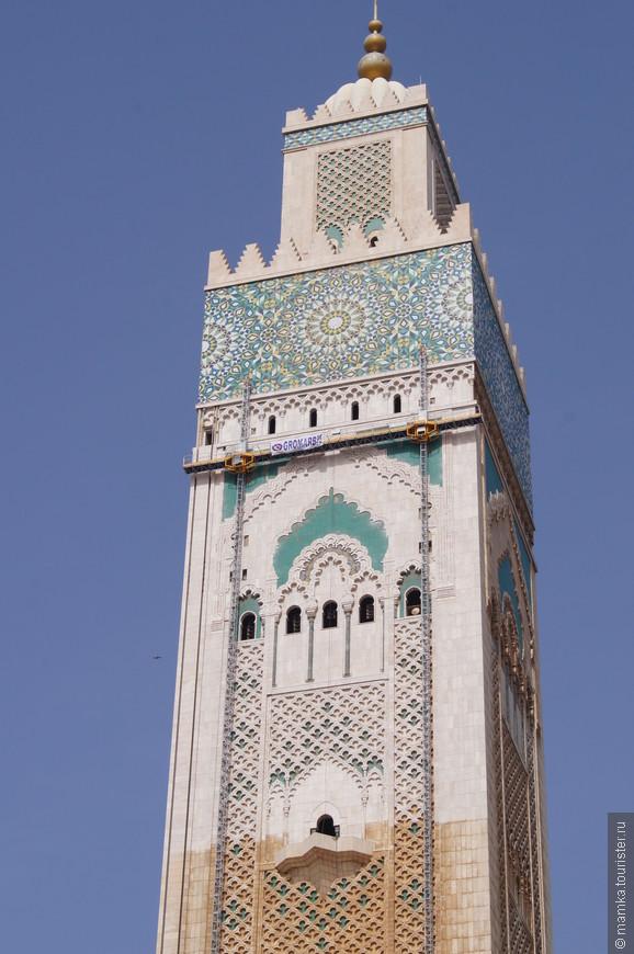 А по высоте минарета и вовсе впереди планеты всей – 210 метров. Мечеть построена очень близко к морю, и внутри ее огромного стеклянного зала кажется, что плывешь на корабле.