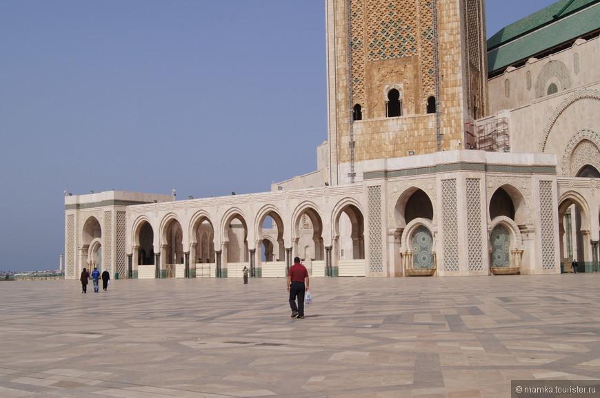 Мечеть султана Хасана в Касабланке придумал французский архитектор Мишель Пинсо, который не был мусульманином, а потому выстроил нечто среднее между мечетью и концертным залом.