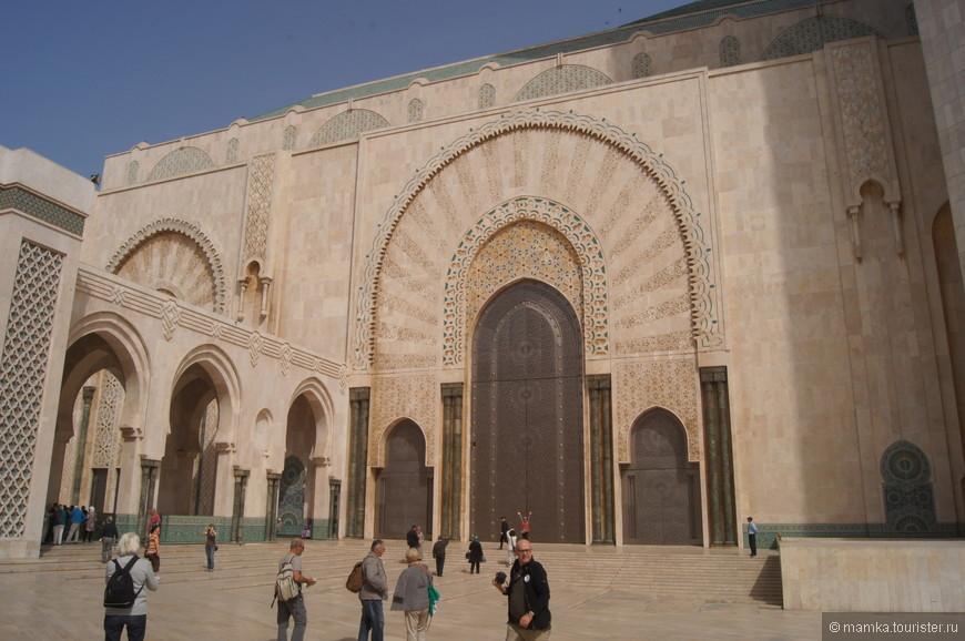 Нужно отметить, что в Марокко вообще не пускают не мусульман внутрь мечети!! Единственное исключение- эта мечеть. Вход платный. Группы делятся по языкам. Русского конечно не было. Самая большая группа- франкоговорящая. Пристроились в колонне с английским языком. Кроме нас был один английский профессор и чуть погодя привели целую группу тайцев)) Я знаю как сказать по-тайски- здравствуйте. Вроде так мало нужно. что бы расположить людей к себе)))