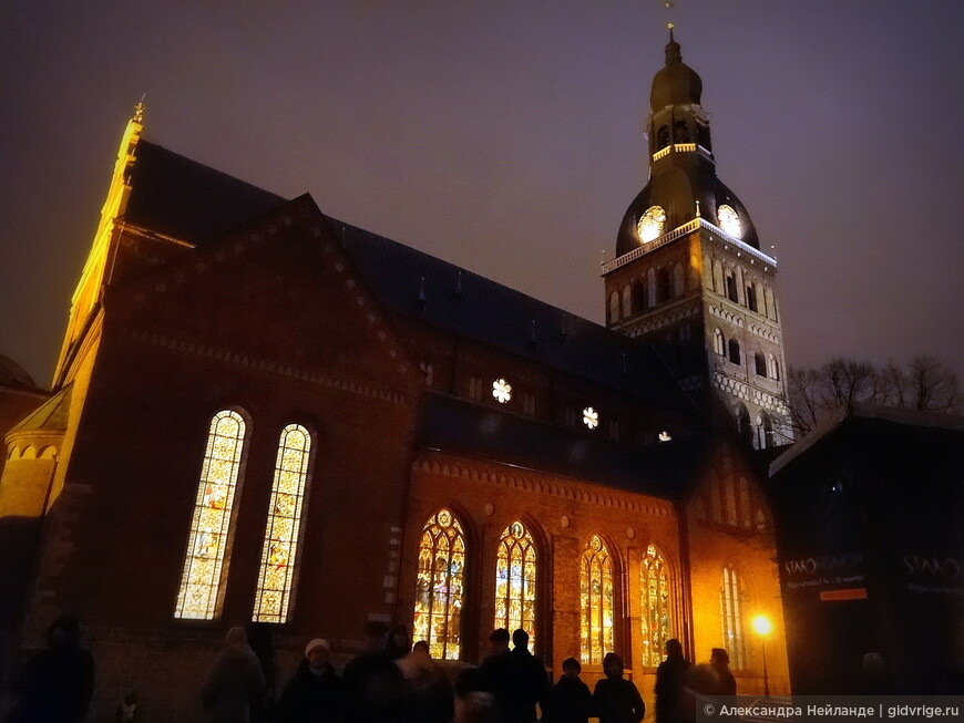 """Во время фестиваля """"Staro, Rīga!"""" были красиво подсвечены витражи Домского собора."""