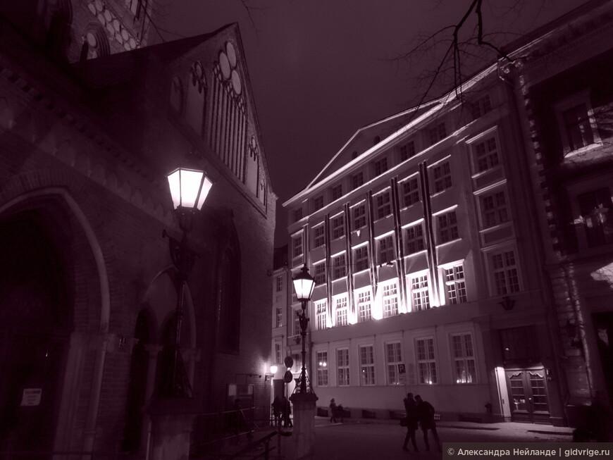 """На площади толпы народу, а в """"узких улочках Риги"""" прогуливаются влюбленные и светят фонари."""