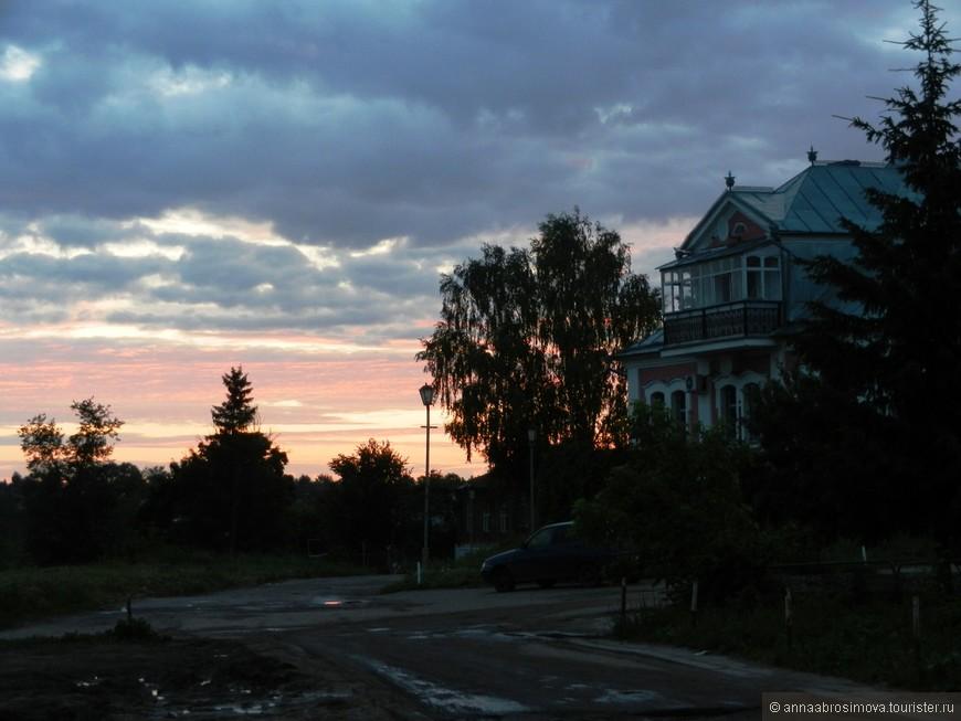 Суздальский закат. Основная масса туристов уже покинула город и он стал готовиться ко сну