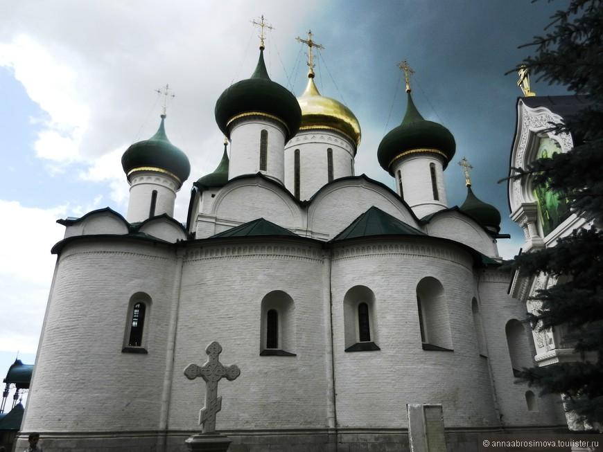 Спасо-Преображенский собор Спасо-Ефимиевского монастыря под сгущающейся тучей. Через минуту полил дождь...