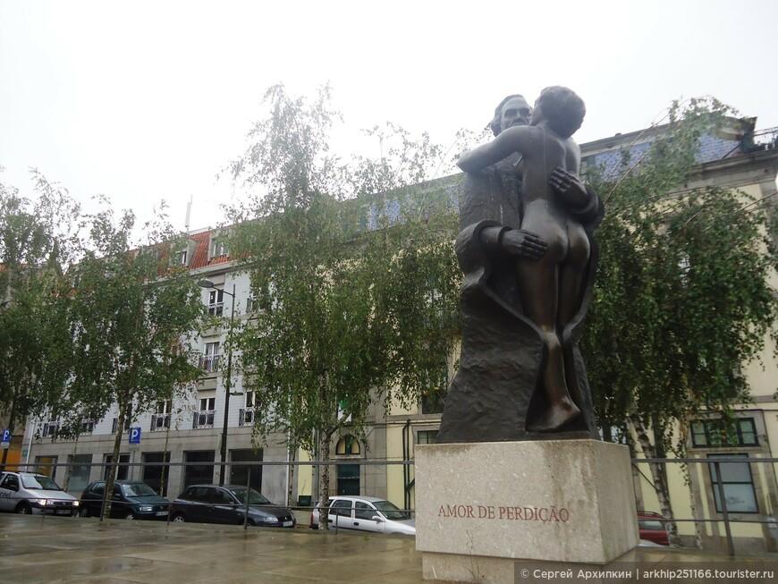 Недалеко от собора Клиригуш был замечен вот такой памятник
