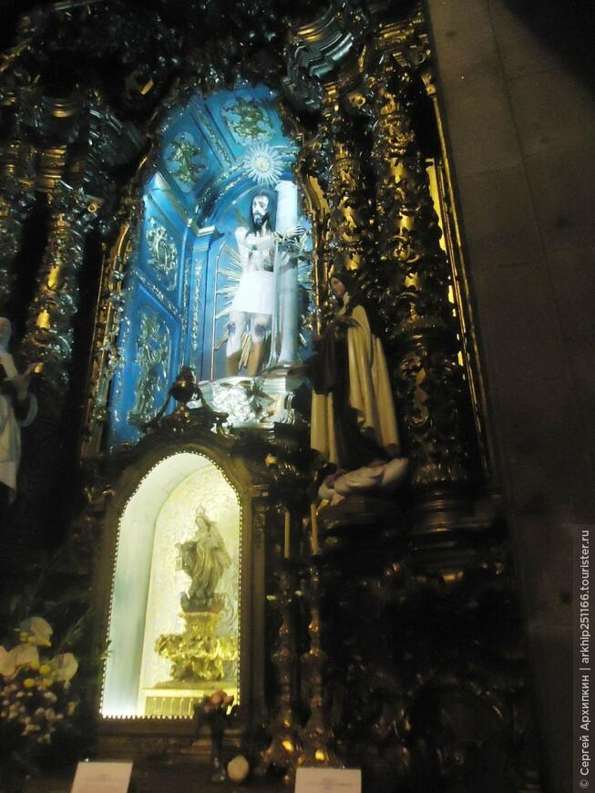 В церкви Игрежу-ду-Карму в Порту