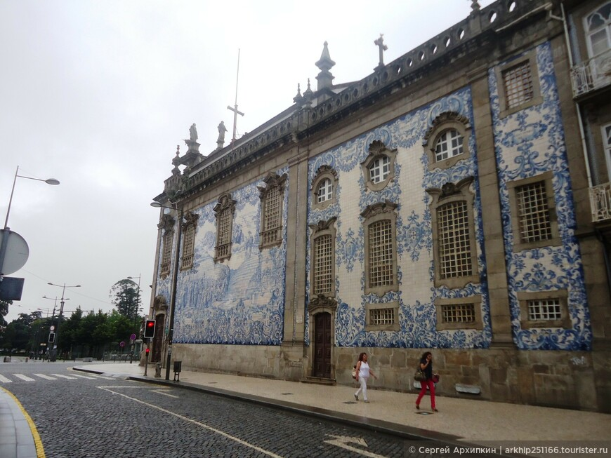 Боковая стена церкви Игрежу-ду-Карму в Порту