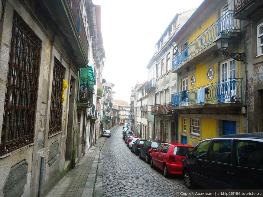Одна из типичных улочек старого Порту