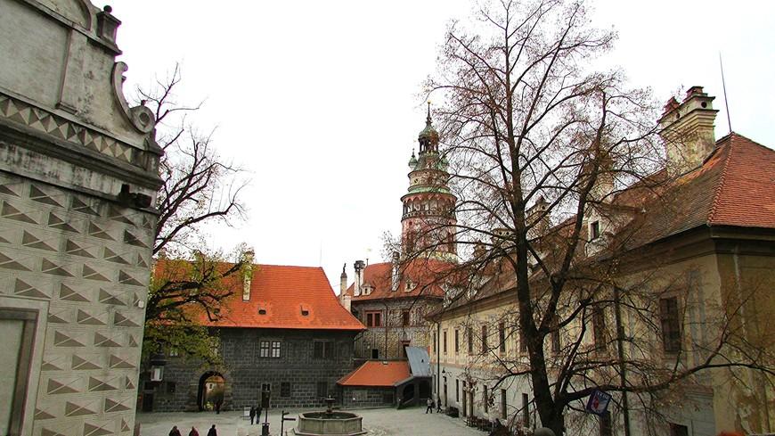 II замковый двор и башня Малого града на заднем плане.