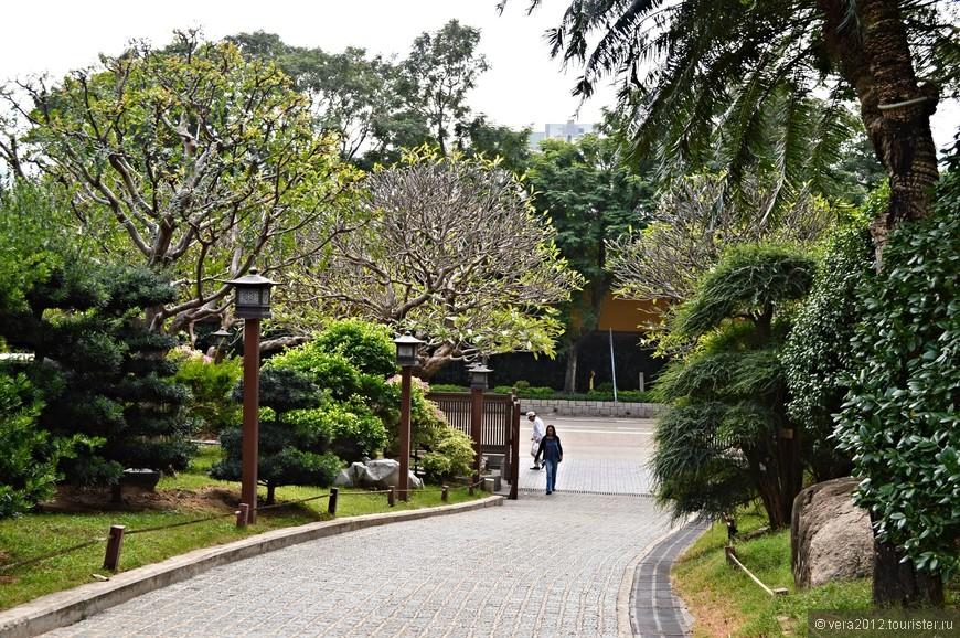 Это  вход  на территорию монастыря. Дорожки к храмам монастыря пролегают через минипарк.