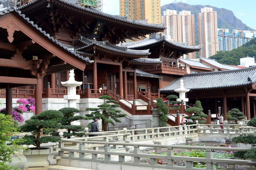 Монастырь Чи лин был основан в 1934 году.  Он примечателен не только своей элегантной красотой, но и тем, что все его деревянные строения были выполнены без единого гвоздя, т.е. с использованием  традиционного китайского способа  Династии Тан, когда балки зданий удерживались с помощью специальной системы блокировок. Это единственный в таком роде  комплекс в Гонконге.