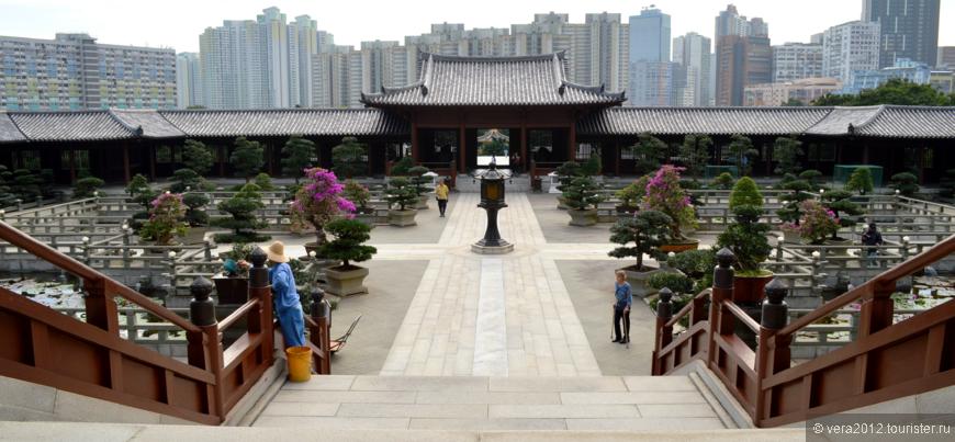 Вид на пруды с лотосами, находящимися внутри храмового комплекса монастыря. Прямо по центру - ворота на надземный переход к Саду Нан Лиан