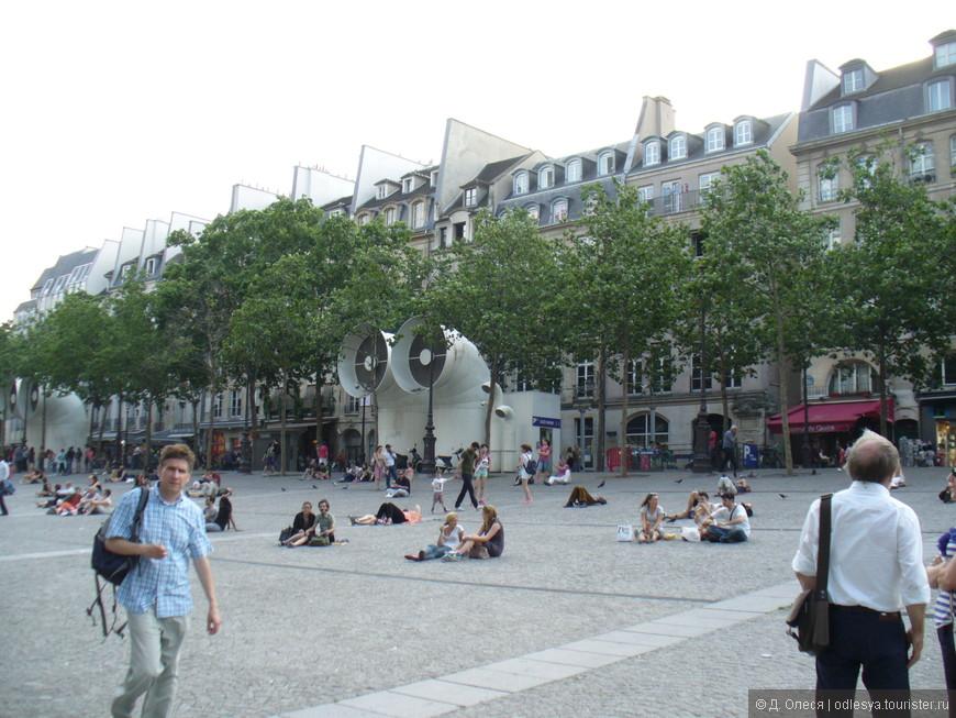 оживлённая площадь перед центром