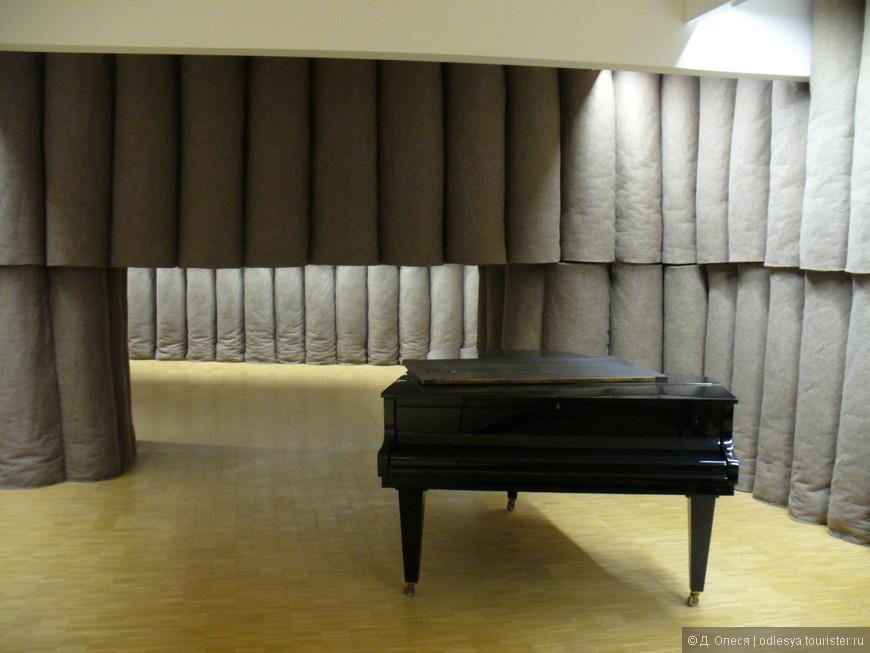 масштабная композиция из войлока и рояля