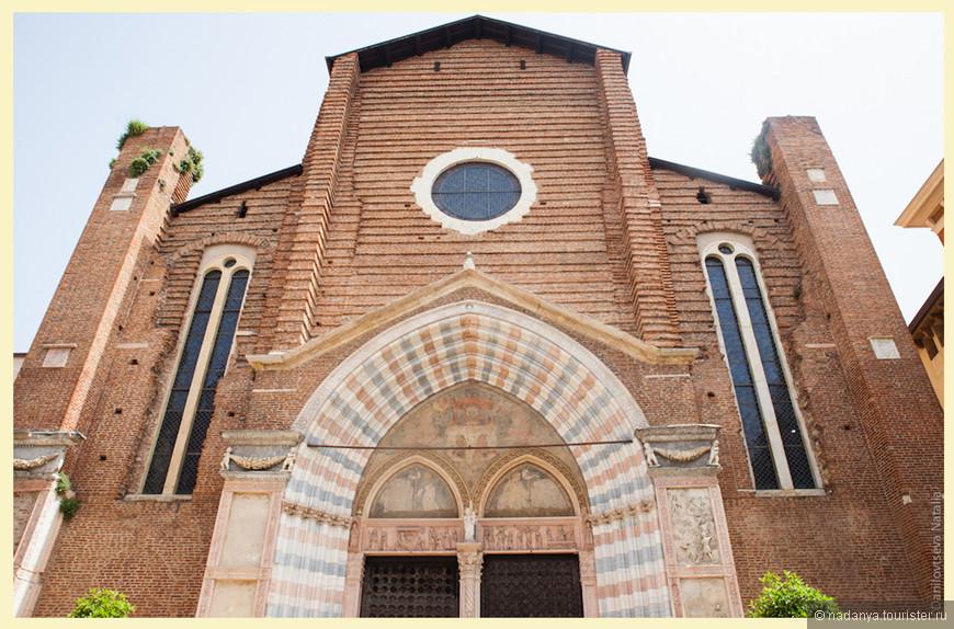 Судя по некоторым источникам не так давно над фасадом прошли реставрационные работы, мрамор почистили и цвет кирпича стал более насыщенным.