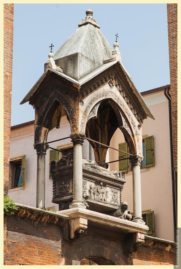 Висячий саркофаг Гульельмо ди Кастельбарко(1320 год)