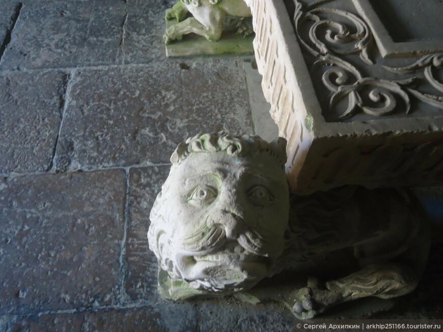 В Кафедральном соборе Коимбры (12 век)