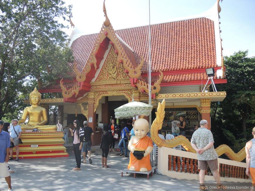 небольшой буддийский храм на вершине холма