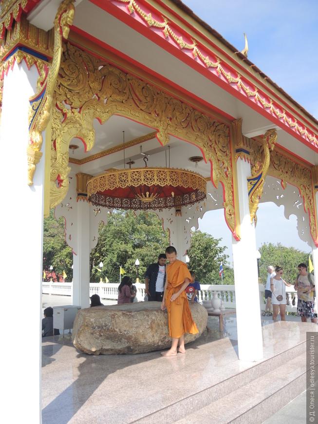 под навесом хранится отпечаток стопы Будды