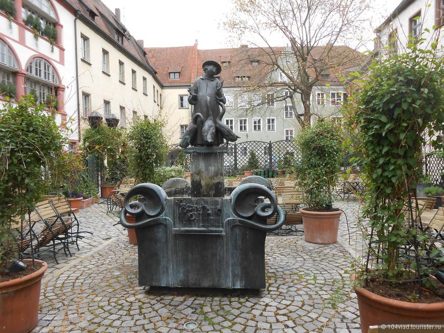 Вот и сама скульптура. По информации - фонтан отражает сущность священников мира. Сзади мы не заглянули, там волк, пожирающий гуся. Я не согласен с этой метафорой.