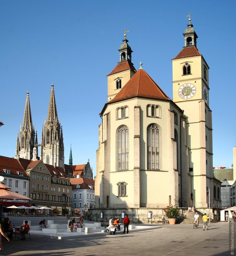 Сама Regensburg_Neupfarrplatz. Слева главный собор. Внизу символические останки синагоги.
