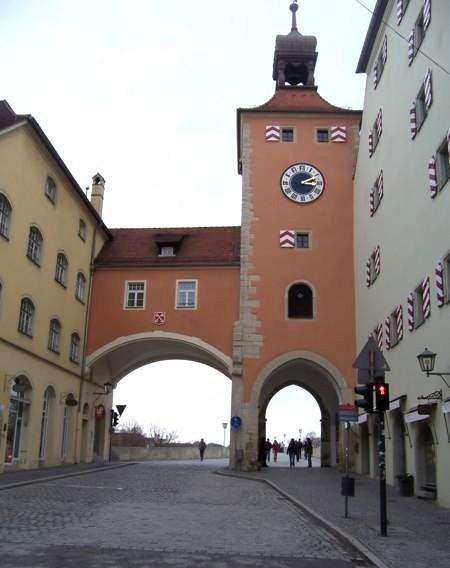 Ворота и башня перед каменным мостом.