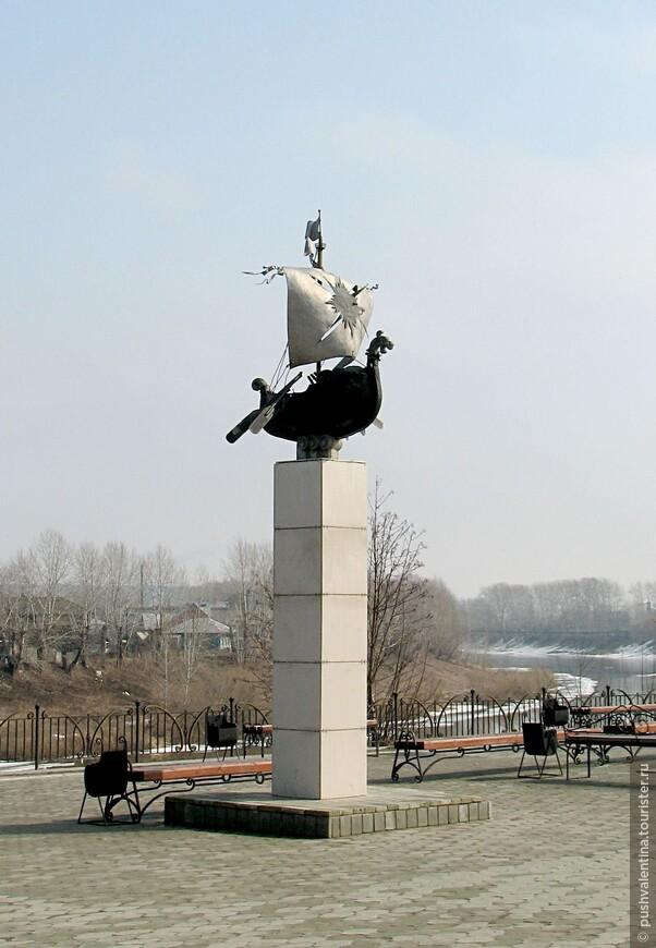 Памятник первопроходцам на набережной реки Сылва.