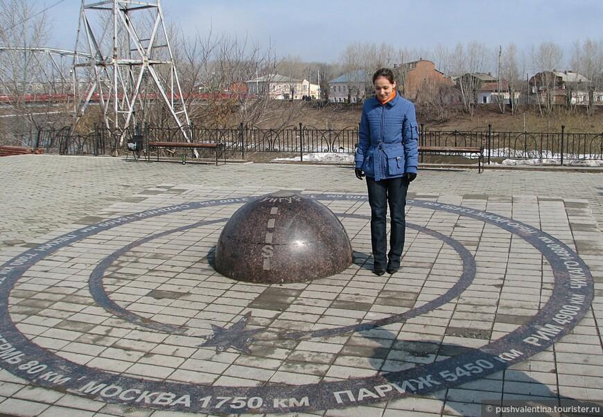 .Традиционный для многих городов нулевой километр, в народе называемый Пуп Земли, на нем указаны расстояния до городов во всех частях света.
